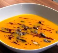 Dýňová polévka s dýňovým olejem a semínky